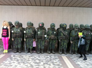 Posing with soldiers of Ju Ming